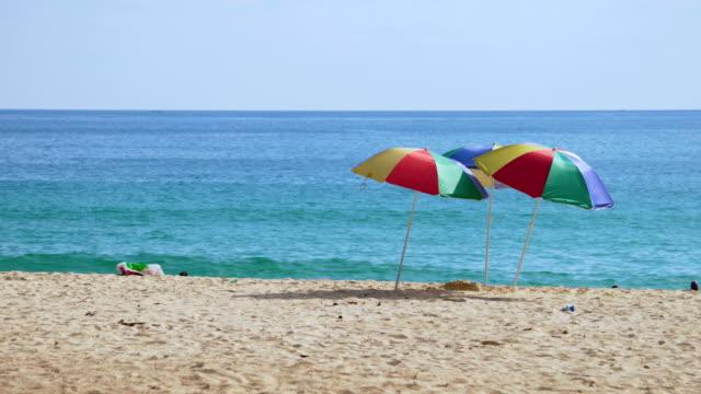 vídeos y material grabado en eventos de stock de sombrilla en la playa - mar de andamán