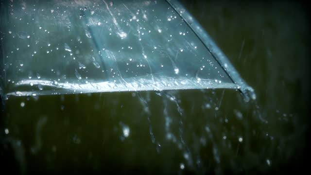 ombrello con pioggia, slow motion - ombrello video stock e b–roll