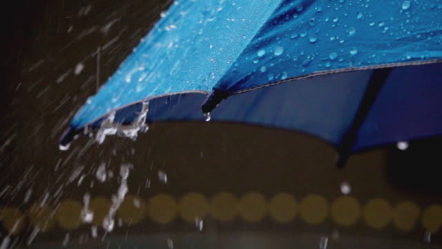 vídeos de stock e filmes b-roll de umbrella with raining. - chapéu