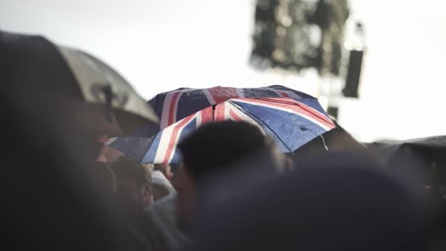 vidéos et rushes de umbrella's at a festival - audience de festival