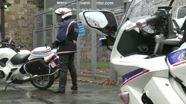 un agente de policia murio en un tiroteo al sur de paris y un artefacto explosivo estallo cerca de una mezquita en una nueva jornada de ataques que... - religiöse stätte stock-videos und b-roll-filmmaterial