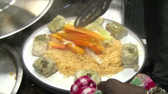 un ambicioso restaurante en la ciudad nigeriana de lagos el nok by alara del chef senegales pierre thiam esta tratando de llevar a la gastronomia... - restaurante stock videos & royalty-free footage