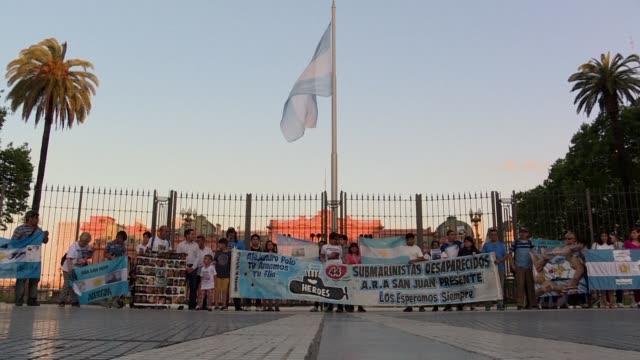 un ano despues de la desaparicion del submarino argentino ara san juan con 44 tripulantes a bordo familiares reclamaron el jueves que siga la... - mauricio macri stock videos and b-roll footage