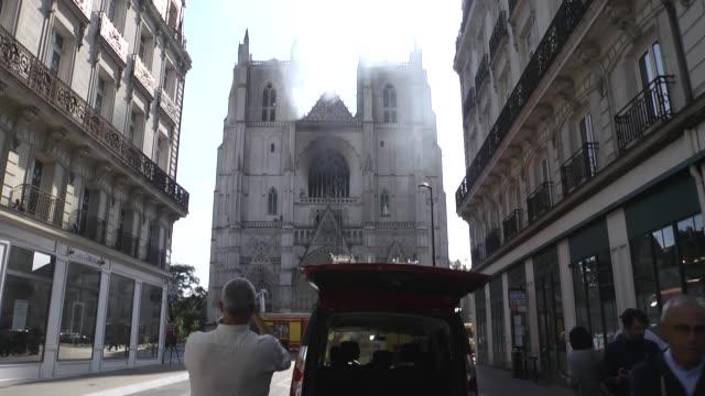 un año después de que notre dame de parís fuera parcialmente destrozada por las llamas, un incendio, que pudo haber sido intencional, causó... - nantes stock videos & royalty-free footage