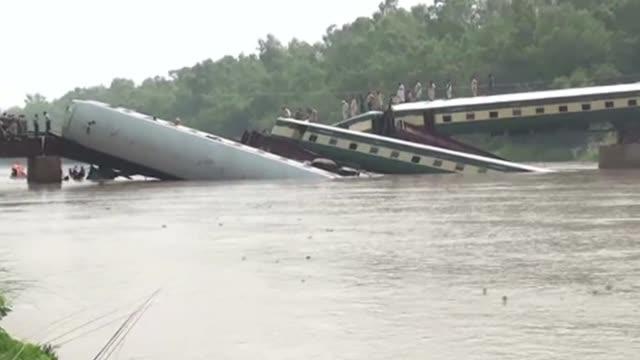 un aparatoso accidente de tren en india dejo al menos 8 muertos en pakistan tras descarrillar al colapsar el puente sobre el que circulaba - puente stock videos & royalty-free footage