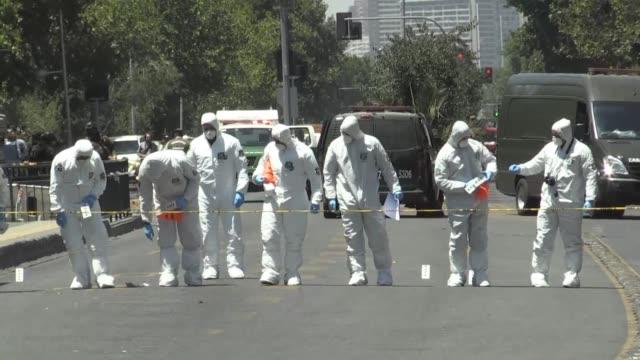 un artefacto explosivo estallo el viernes en una parada de autobus en santiago dejando a cinco personas heridas entre ellas una pareja de venezolanos... - parte de una serie video stock e b–roll