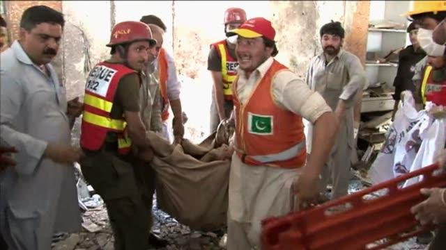 un atacante suicida se hizo estallar este viernes en la sala de oracion de una mezquita chiita en pakistan matando al menos a 25 personas segun las... - peshawar stock videos & royalty-free footage