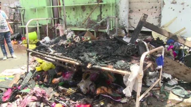 vídeos de stock, filmes e b-roll de un atentado con coche bomba cerca de un mercado en bagdad dejo al menos 52 muertos este miercoles - irak