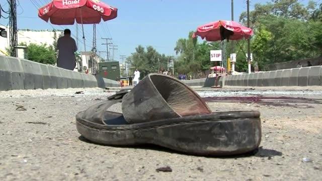 un atentado contra el convoy de un alto responsable de la policia pakistani dejo al menos 12 muertos y casi 30 heridos este viernes en peshawar la... - peshawar stock videos & royalty-free footage