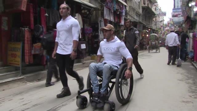 vídeos y material grabado en eventos de stock de un australiano en silla de ruedas espera convertirse en el primer paraplejico que alcanza el campo base del everest sin ayuda durante una ruta que... - llevar