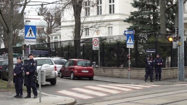 un austriaco de 26 anos ataco con un cuchillo en la noche del domingo a un soldado que montaba guardia delante de la residencia del embajador de iran... - delante de stock videos and b-roll footage