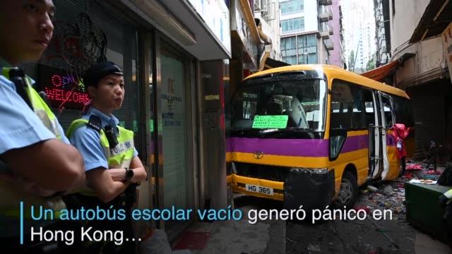 un autobus escolar vacio genero panico en hong kong al rodar sin control por las calles en un concurrido barrio comercial - rodar stock videos and b-roll footage