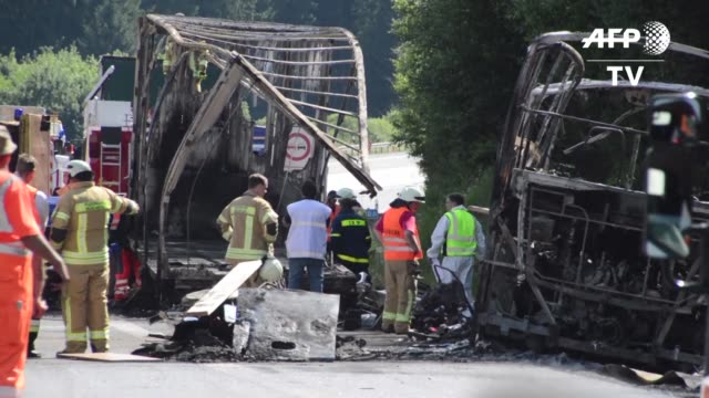 Un autocar de turistas se quemo por completo el lunes en un accidente en una autopista del sur de Alemania dejando 18 muertos y 30 heridos