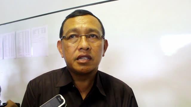 un avion de la compania airasia desaparecio el sabado mientras cubria la ruta entre indonesia y singapur - avion video stock e b–roll