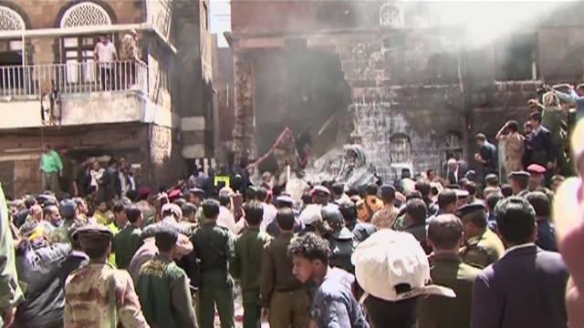 Un avion militar yemeni se estrello este martes contra un edificio de un barrio residencial de Sana matando a por lo menos 12 personas VOICED...