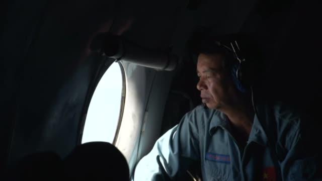 un avion vietnamita detecto frente a las costas de vietnam los posibles restos del boeing 777 de malaysia airlines desaparecido el sabado con 239... - terrorismo stock videos & royalty-free footage