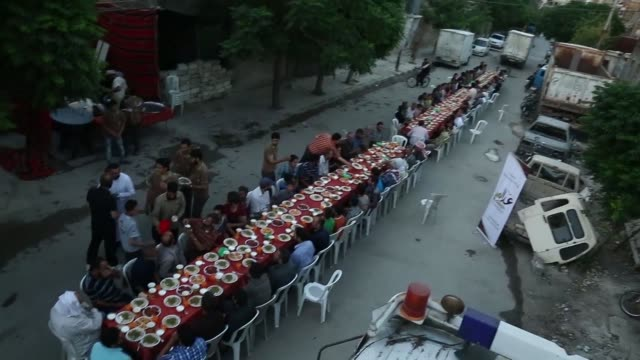 un banquete para romper con el ayuno del ramadan al aire libre y sin miedo a bombardeos - banquete stock videos & royalty-free footage