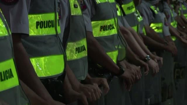 un bloqueo en la principal avenida de sao paulo fue protagonizado la noche del jueves por un punado de manifestantes que protestan en contra de los... - avenida stock videos & royalty-free footage