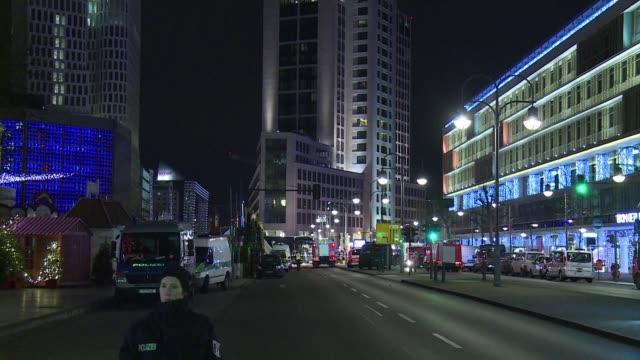 un camion embistio el lunes por la noche a una multitud en un mercado navideno en el centro de berlin causando al menos 12 muertos y decenas de... - multitud stock videos & royalty-free footage