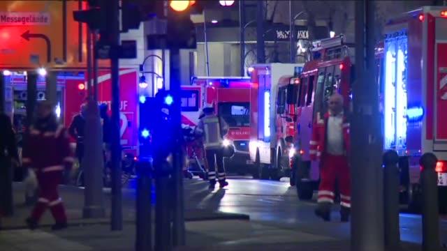 un camion irrumpio el lunes en un concurrido mercado navideno en berlin dejando al menos a 9 personas muertas y 50 heridas en lo que podria ser un... - multitud stock videos & royalty-free footage