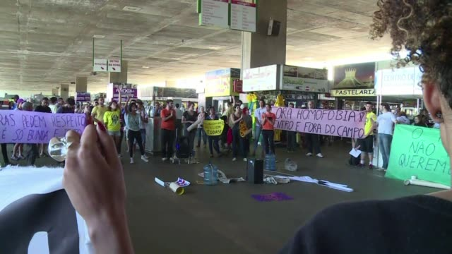 Un centenar de manifestantes protestaron en Brasilia el jueves contra la homofobia y el machismo tanto dentro como fuera del terreno de juego durante...