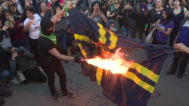 vídeos de stock e filmes b-roll de un centenar de mujeres quemaron la bandera del club mexicano america y replicaron el viernes la coreografia un violador en tu camino en ciudad de... - exigir