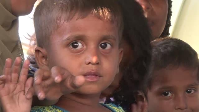 un centenar de musulmanes rohinya que escaparon de un campamento en birmania en un barco de madera hacia malasia fueron encontrados cerca de la costa... - gasolina stock videos & royalty-free footage