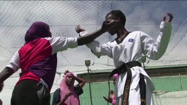 un centro de entrenamiento de taekwondo de mogadiscio ofrece clases gratuitas para las mujeres para ensenarles defensa personal en un pais con... - self defense stock videos and b-roll footage
