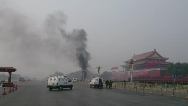 un coche embistio a una multitud en la mitica plaza tiananmen de pekin matando al menos a 5 personas e hiriendo a casi 40 voiced : coche se estrella... - multitud stock videos & royalty-free footage