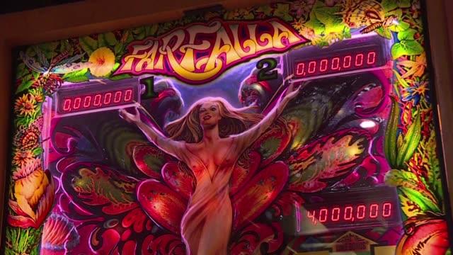 un coleccionista quiere revivir la aficion por el pinball en el mayor museo de europa dedicado a este pasatiempo ubicado en budapest - pinball machine stock videos & royalty-free footage