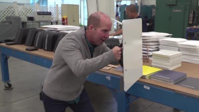 vídeos y material grabado en eventos de stock de un colegio de la ciudad estadounidense de berlin utiliza pizarras blancas que pueden servir como escudos antibalas en caso de tiroteo - ee.uu
