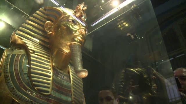 un conservador aleman anuncio este sabado que la mascara de tutankhamon danada durante una desafortunadamente reparacion de su barba en el museo... - arqueologia stock videos & royalty-free footage