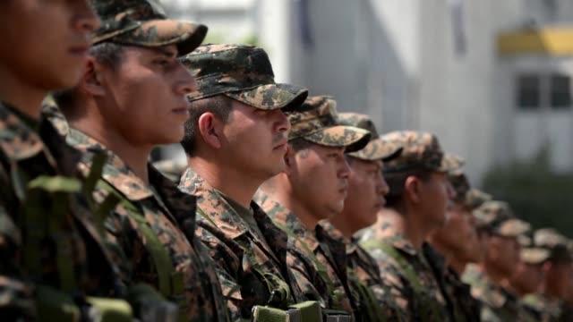Un contingente de 400 soldados parte de la reserva de la Fuerza Armada se desplego este martes en la capital salvadorena para recuperar zonas del...