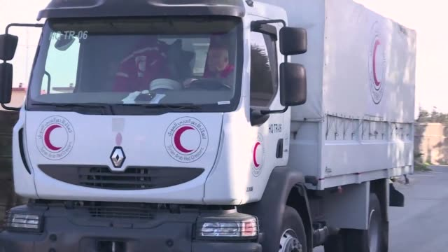 Un convoy de 13 camiones logro el viernes ingresar alimentos al enclave rebelde sirio de Guta Oriental pese a los bombardeos de las fuerzas leales al...