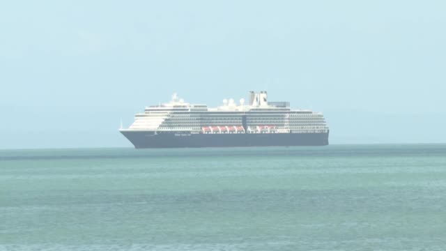 stockvideo's en b-roll-footage met un crucero estadounidense al que se le prohibio atracar en cinco puertos asiaticos por temor al nuevo coronavirus llego el jueves a camboya donde sus... - transporte