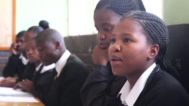 un cuarto de siglo despues del advenimiento de la democracia en sudafrica ensenar la historia del apartheid sigue siendo un desafio para los... - advent stock videos & royalty-free footage