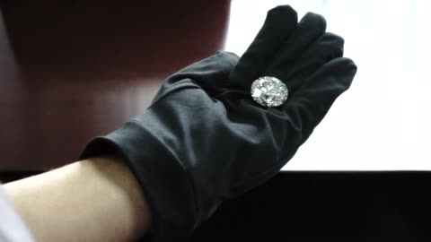 un diamante de 51 quilates de una pureza inedita en rusia es la pieza principal de una coleccion de cinco piedras que sera subastada proximamente - pureza bildbanksvideor och videomaterial från bakom kulisserna