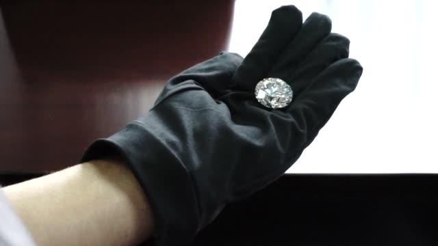 un diamante de 51 quilates de una pureza inedita en rusia es la pieza principal de una coleccion de cinco piedras que sera subastada proximamente - pureza stock videos & royalty-free footage