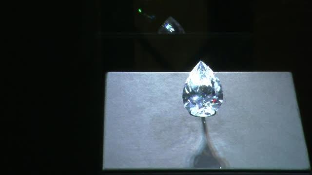 un diamante puro incoloro tallado en forma de pera de 10173 quilates el mas grande en su categoria se vendio por un precio record de 235 millones de... - grande stock videos and b-roll footage