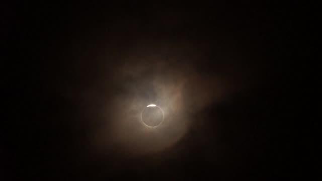 un eclipse total de sol se observo este miercoles desde indonesia y sectores del oceano pacifico seguido con interes por millones de habitantes de... - astronomia stock videos & royalty-free footage