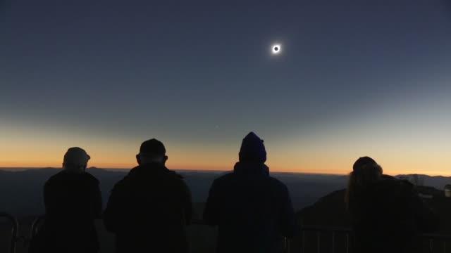 un eclipse total de sol sumio el martes en la oscuridad a una franja de 150 km en el norte de chile y el centro de argentina antes de perderse en el... - astronomia stock videos & royalty-free footage