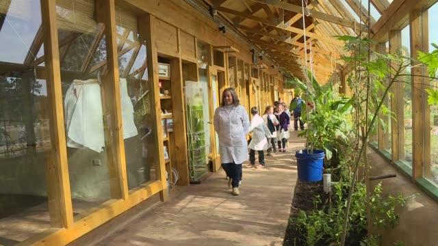 un edificio construido con llantas vidrio y botellas de plastico acoge una escuela completamente sustentable en uruguay que ensena a los ninos... - planeta stock videos & royalty-free footage