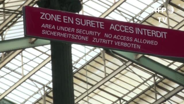 stockvideo's en b-roll-footage met un egipcio se electrocuto en la gare du nord al tratar de abordar clandestinamente un tren que cruza el canal de la mancha donde otro migrante... - canal de la mancha