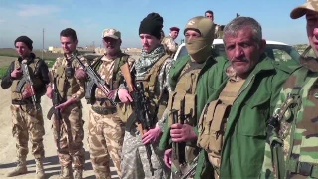 vídeos de stock, filmes e b-roll de un emergente grupo de combatientes estadounidenses estan llegando a irak para apoyar a grupos de cristianos y luchar contra el grupo estado islamico - irak