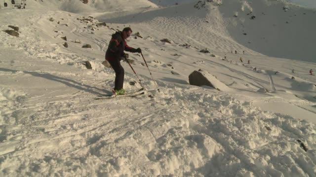 un equipo de afp visita la pista de esqui y el lugar donde el expiloto aleman michael schumacher sufrio un accidente que lo tiene entre la vida y la... - meribel stock videos & royalty-free footage