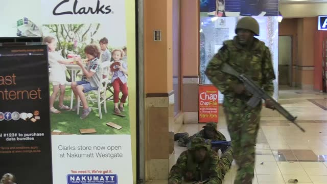 un equipo de afptv logra ingresar al centro comercial de nairobi durante el ataque reivindicado por militantes islamistas shebab de somalia que dejo... - centro comercial stock videos & royalty-free footage