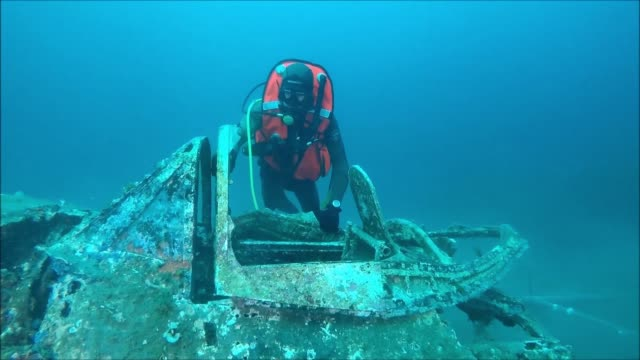 Un equipo de arqueologos estadounidenses asistidos por la marina francesa busca los restos de un piloto que cayo al mar Mediterraneo durante la...