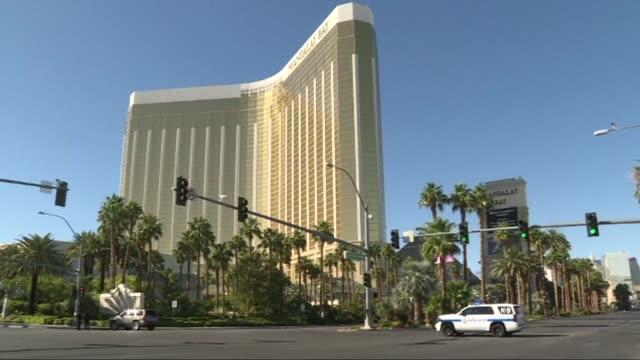 un estadounidense de 64 anos mato al menos a 59 personas e hirio a mas de 500 al abrir fuego desde el piso 32 de un hotel centrico de las vegas hacia... - multitud stock videos & royalty-free footage