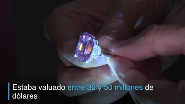 vídeos y material grabado en eventos de stock de un excepcional diamante rosa de 1896 quilates fue vendido el martes por casi 50 millones de dolares un precio record por quilate para una piedra de... - una rosa