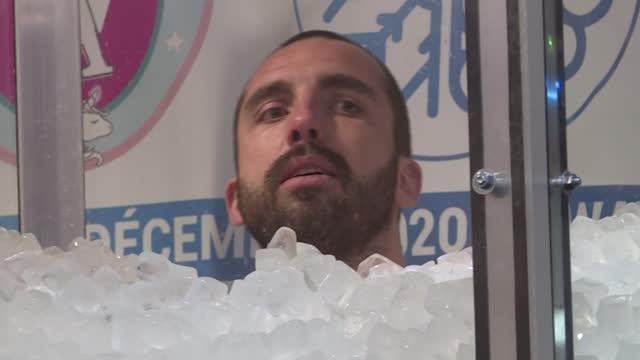 un francés pasó dos horas, 35 minutos y 43 segundos sumergido en una cabina repleta de cubos de hielo hasta el cuello, para batir el récord de... - hielo stock videos & royalty-free footage